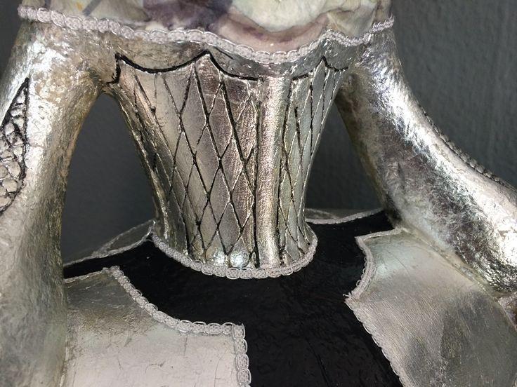 detalle corsé figura de menina grande decorada